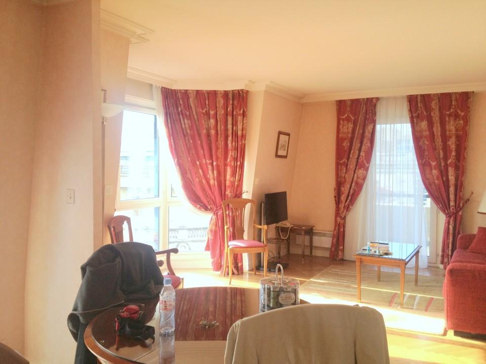 Le salon de la suite. C'est un peu vieillot mais assez spacieux pour l'oublier.